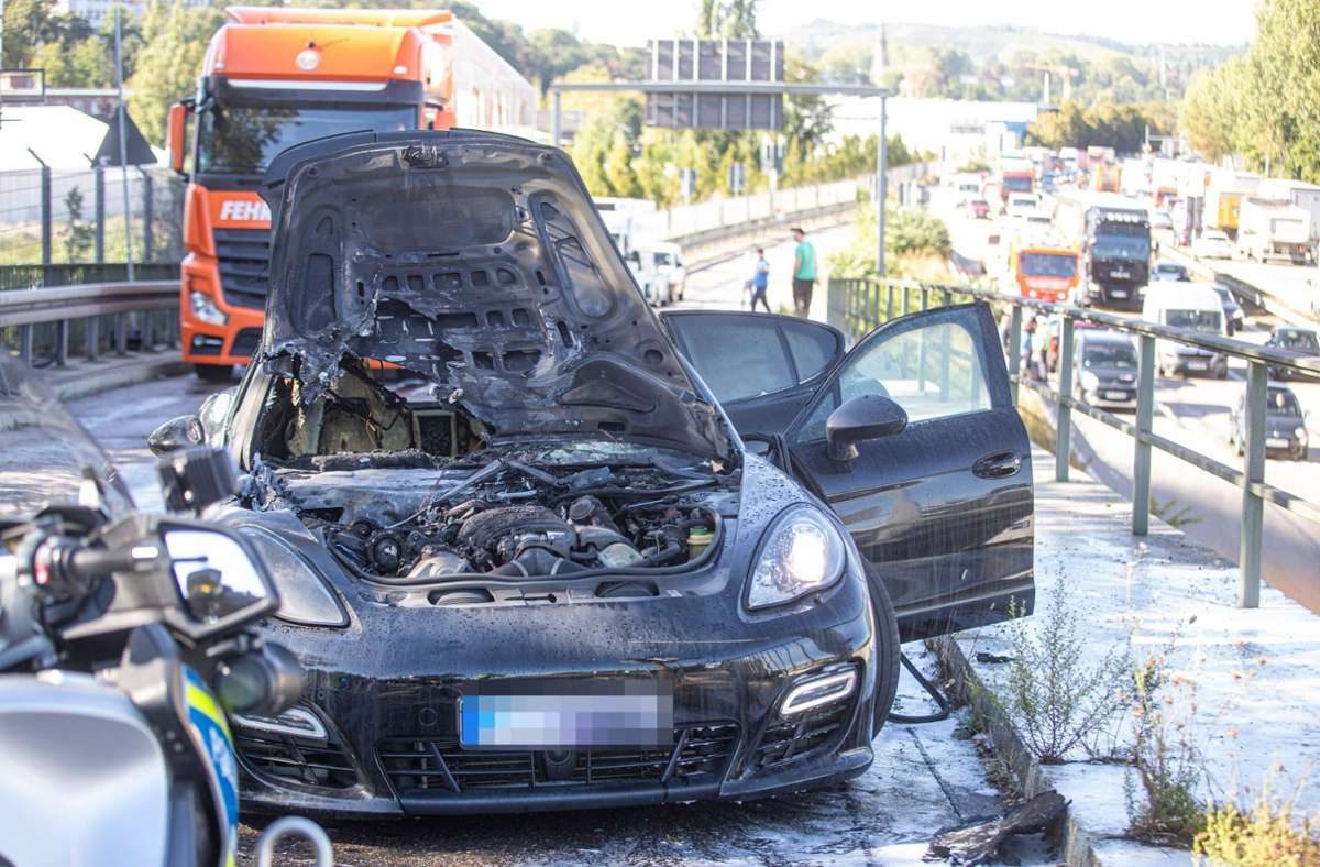 Der Porsche fing nach einem Unfall Feuer. Foto: 7aktuell.de/Simon Adomat