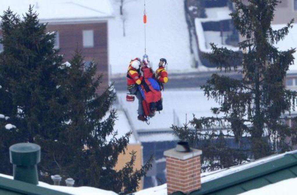 Schock bei der Ski-WM in Schladming: Die Abfahrts-Olympiasiegerin Lindsey Vonn schreit im Schnee liegend vor Schmerzen, muss nach einer Viertelstunde Behandlung mit dem Hubschrauber abtransportiert werden. Foto: dpa
