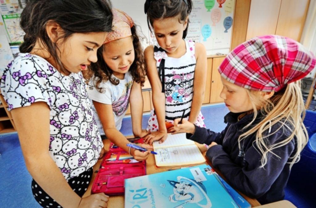 Hausaufgaben sollen in Zukunft in der Schule erledigt werden. Hilfe von Mitschülern darf angenommen werden. Foto: dpa