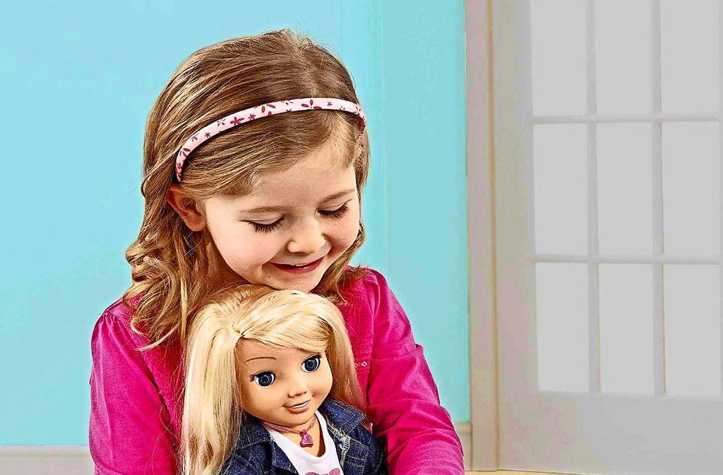 """Ist sie nicht süß? So süß, dass der Bundesverband des Spielwaren-Einzelhandels die Puppe """"Cayla"""" 2014 in die Top 10 der besten Spielzeuge des Jahres aufnahm. Schließlich beantwortete Cayla mit Hilfe alle Fragen des Kindes. Einziger Haken: Die Puppe konnte die Gespräche im Kinderzimmer aufzeichnen, zudem ließ sich die Funkverbindung leicht knacken, sodass jeder mithören konnte. Die Netzagentur stufte die Puppe daraufhin als """"versteckte sendefähige Anlage"""" und nahm sie vom Markt.  Foto: Hersteller"""