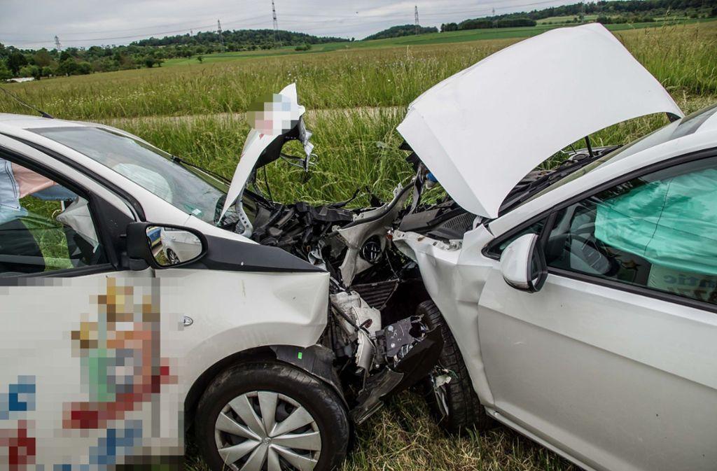 Ein Toyota-Fahrer geriet am Freitag auf der K1000 bei Ehningen in den Gegenverkehr und kollidierte dort mit einem VW. Foto: SDMG// Dettenmeyer