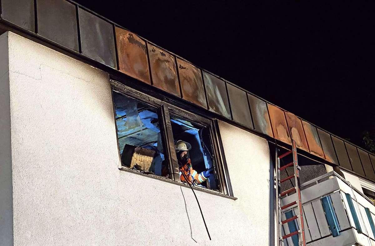 Aus einem Fenster der Hausmeisterwohnung schlugen die Flammen drei Meter hoch. Foto: