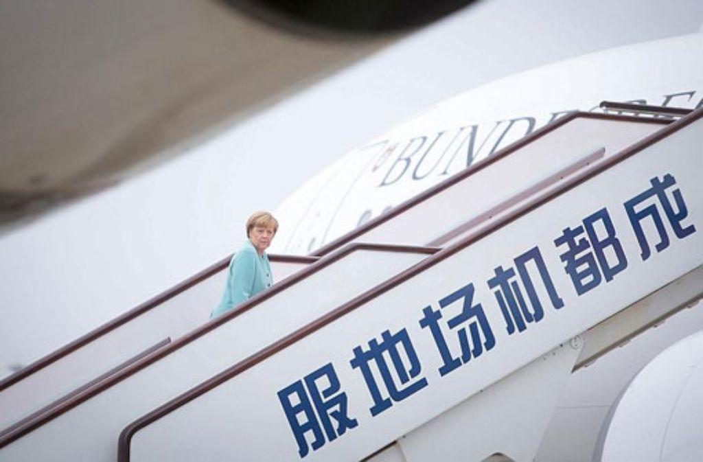 Bundeskanzlerin Angela Merkel geht am Sonntag auf dem Internationalen Flughafen Chengdu-Shuangliu vor dem Weiterflug nach Peking die Gangway zum Regierungsflugzeug Airbus A340 Theodor Heuss hinauf.  Foto: dpa