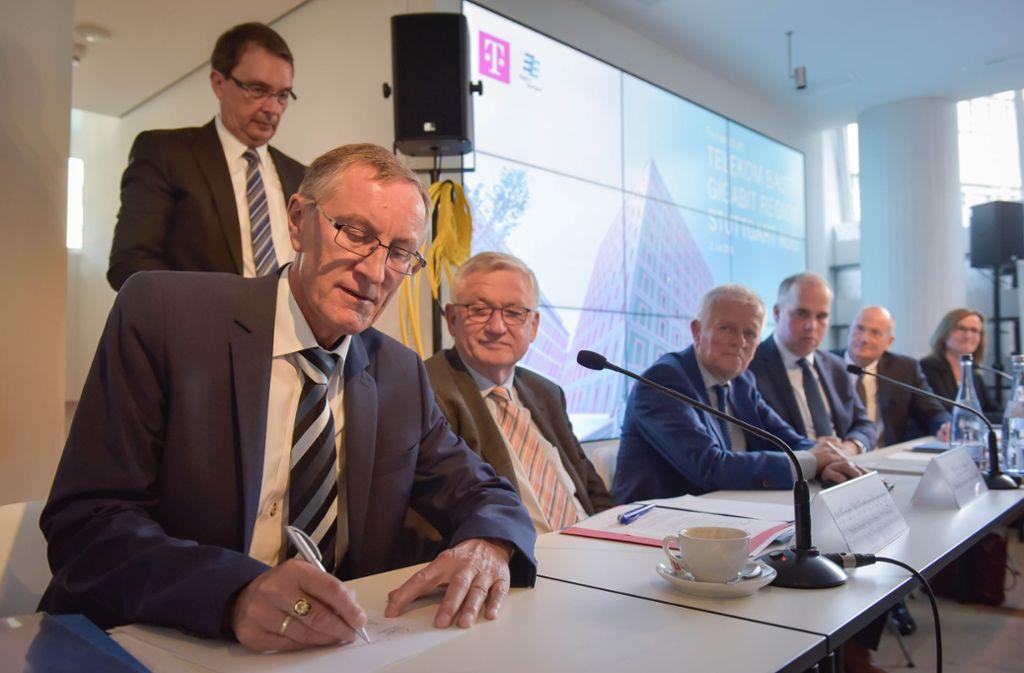 Im Juli wurde die Absichtserklärung für die Zusammenarbeit mit der Telekom unterschrieben, hier vom Böblinger Landrat Roland Bernhard. Foto: Lichtgut/Max Kovalenko