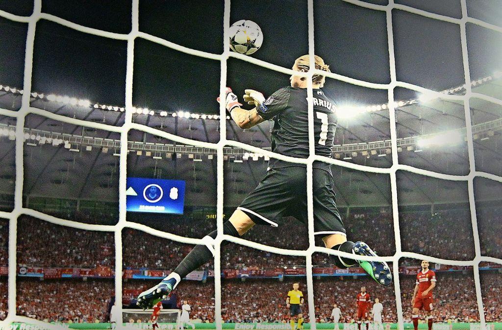 Blackout: Liverpools Torwart Loris Karius lässt Bales Fernschuss zum 3:1 für Real passieren. Foto: dpa