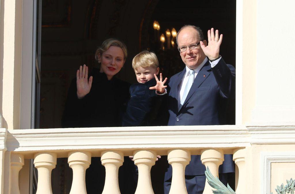 Von Balkon des Palastes winken Fürstin Charlène und Fürst Albert II mit ihrem Sohn Jacques. Foto: AFP