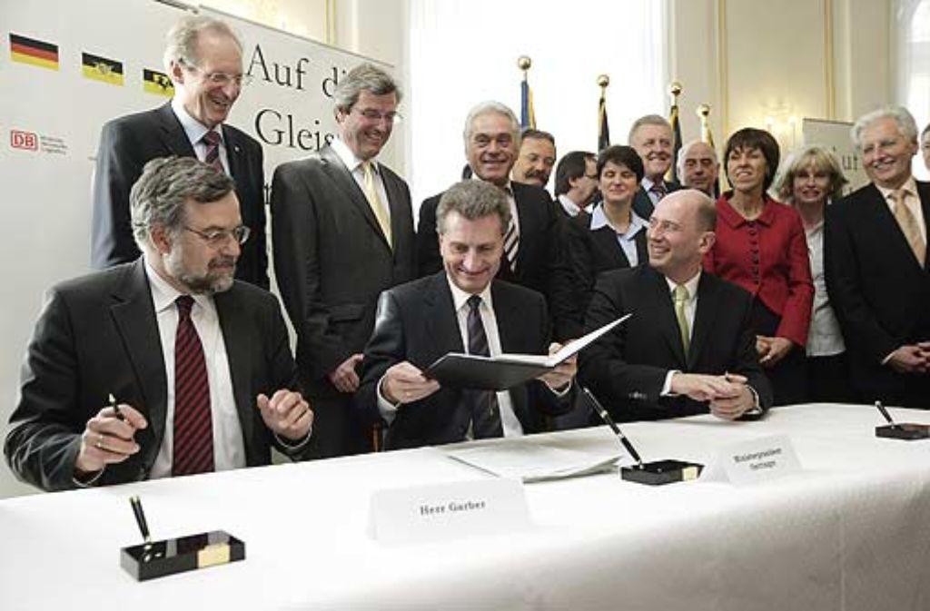 Ex-Bahn-Vorstand Garber, Exregierungschef Oettinger und Exverkehrsminister Tiefensee bei der Vertragsunterzeichnung. Foto: Zweygarth