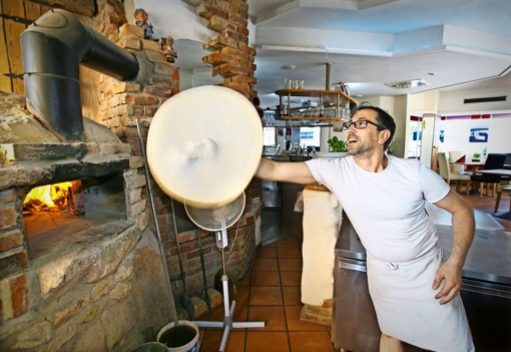 Ein Teig, so elastisch, wie er sein sollte: Pizza machen ist für Salvatore Bongiovanni Foto: Horst Rudel