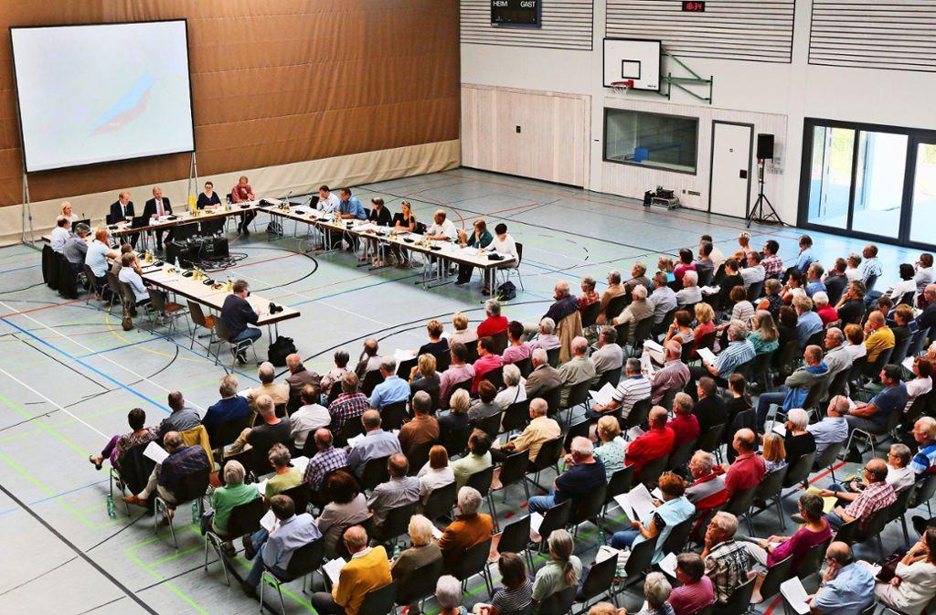 Der Gemeinderat (oben) berät vor 200 Mitbürgern über das Thema Windkraft in seinem Stadtgebiet. Foto: Andreas Gorr