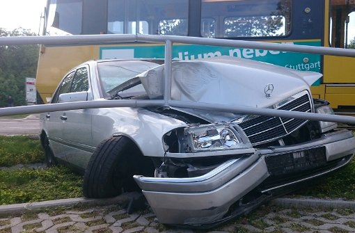 Mercedes rammt U12 am Hallschlag