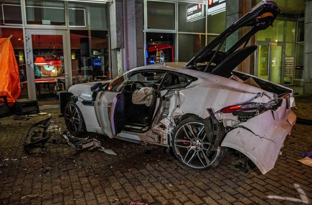 Der  Unfallfahrer am Steuer des Jaguar blieb unverletzt. Foto: /SDMG / Kohls
