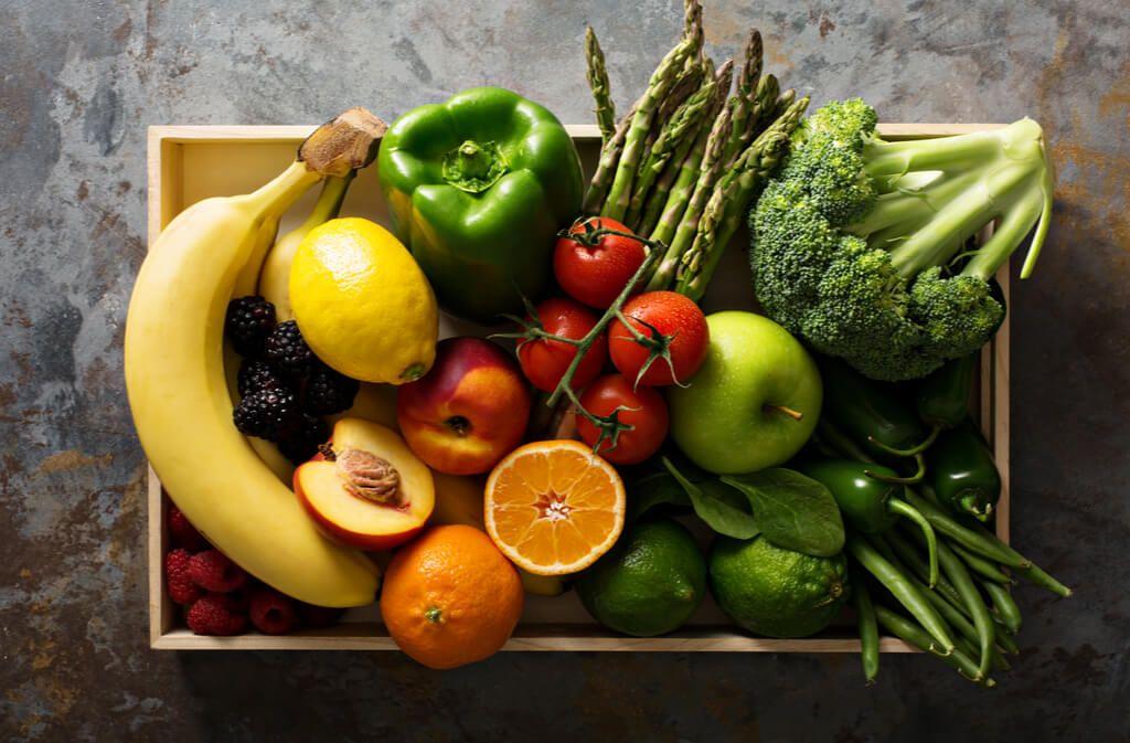 Kühlschrank, Obstkorb oder Keller? Erfahren Sie, wo Sie Ihr Obst und Gemüse am besten lagern und aufbewahren, damit Nährstoffe und Vitamine lange erhalten bleiben. Foto: Elena Veselova / Shutterstock.com