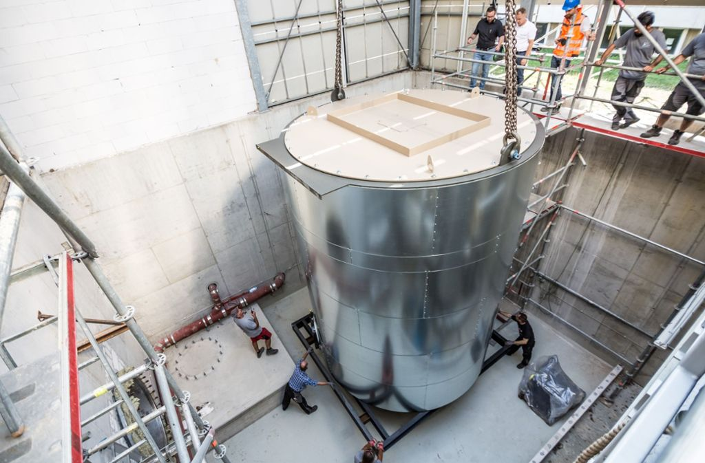 Das ist Zentimeterarbeit: Der 16 Tonnen schwere Heizkessel muss  genau richtig stehen. Foto: Lichtgut/Julian Rettig