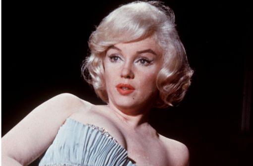Monroes  strassbesetzter Bademantel – wer bietet mehr?