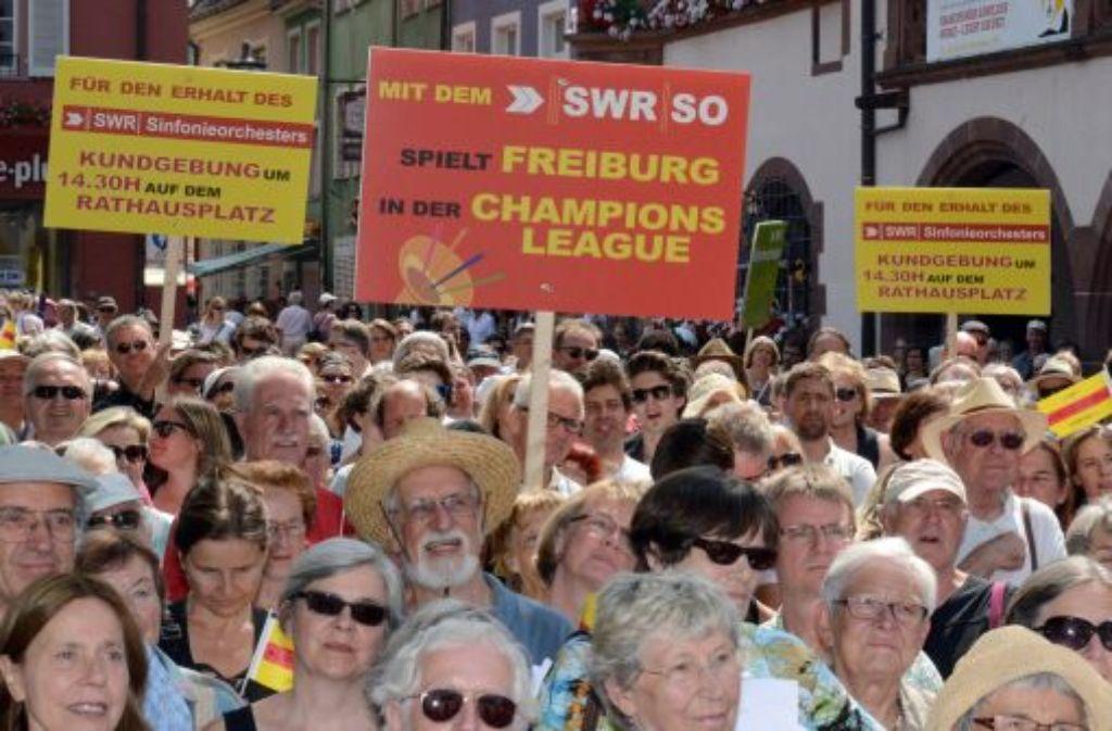 In Freiburg haben mehrere hundert Menschen gegen die Orchesterfusion protestiert. Foto: dpa
