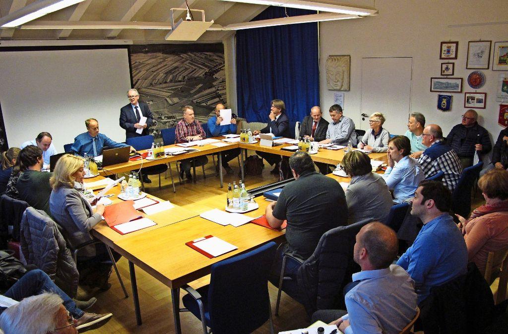 Bürgermeister Johann Singer (stehend) hatte in der Gemeinderatssitzung keine guten Nachrichten für die Räte. Foto: Malte Klein
