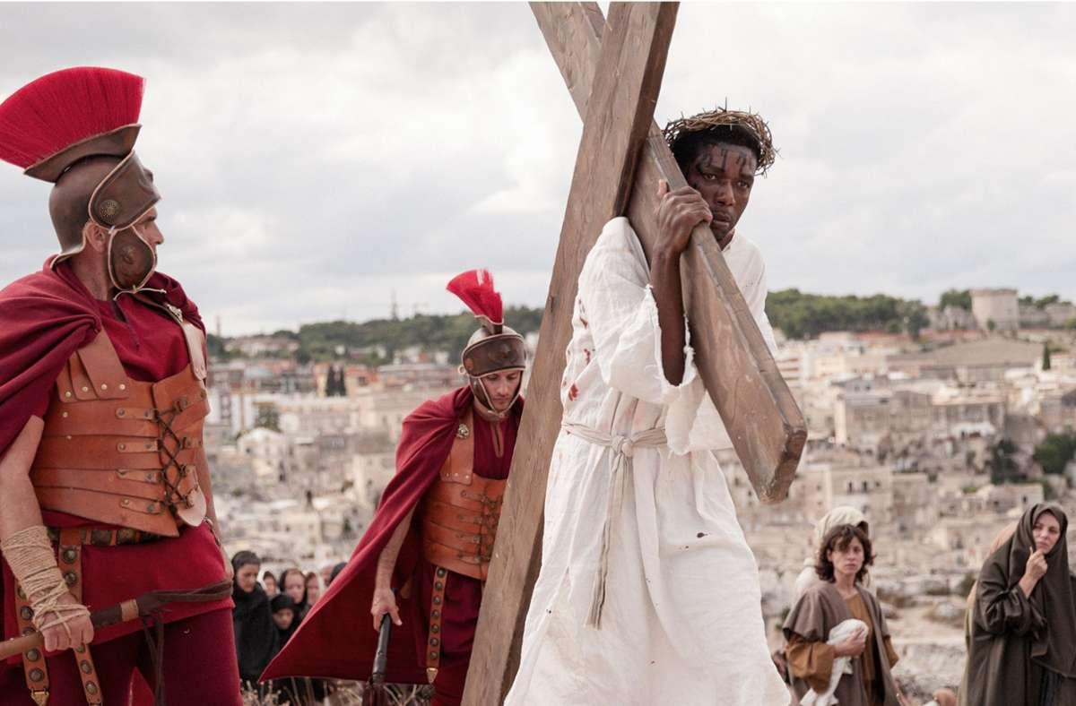 """Was würde Jesus heute predigen? Der Schweizer Regisseur Milo Rau beleuchtet in seinem Dokumentarfilm """"Das neue Evangelium"""" die  Situation von  Flüchtlingen im süditalienischen Matera. Foto:"""