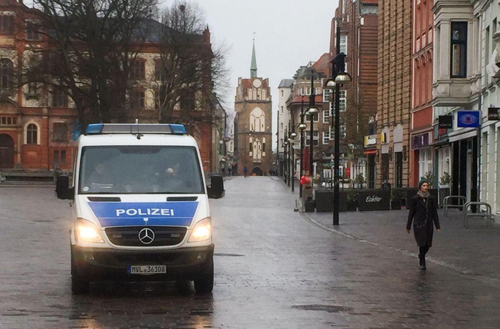 Zahlreiche Menschen in Rostock mussten ihre Wohnungen verlassen. Foto: dpa-Zentralbild
