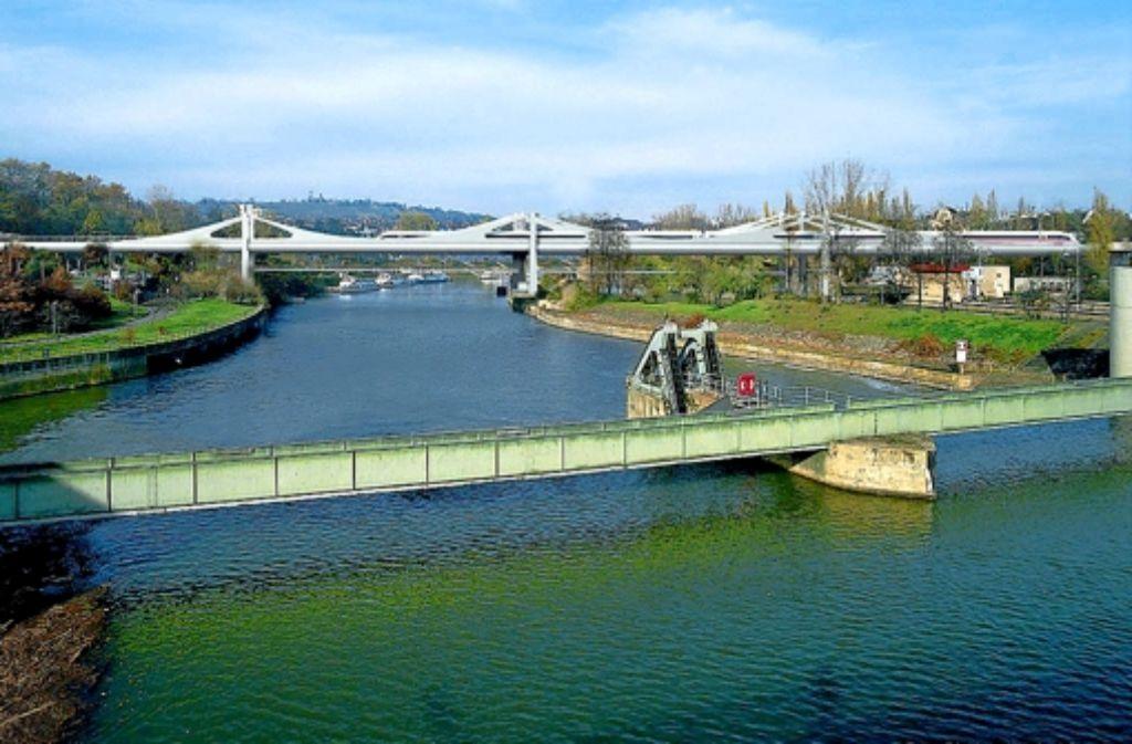 Die Hauptpfeiler der neuen Neckarbrücke (Hintergrund) sollen aus statischen Gründen versetzt werden. Foto: Deutsche Bahn