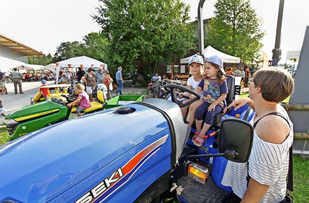 Auch die ganz kleinen Besucher haben ihren Spaß – auf einem Traktor gibt es viel zu entdecken. Foto: factum/Bach