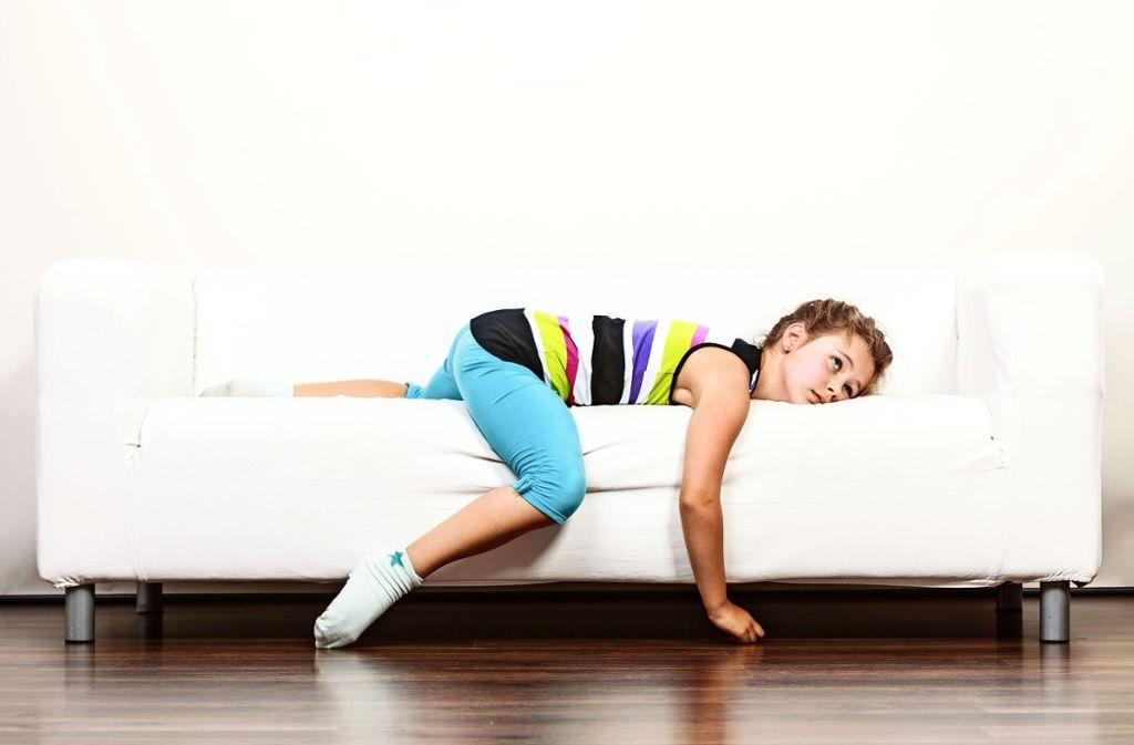 Immer häufiger leiden Kinder etwa unter Rückenproblemen. Einen Grund dafür sehen Experten in Bewegungsmangel. Foto: Voyagerix/Adobe Stock