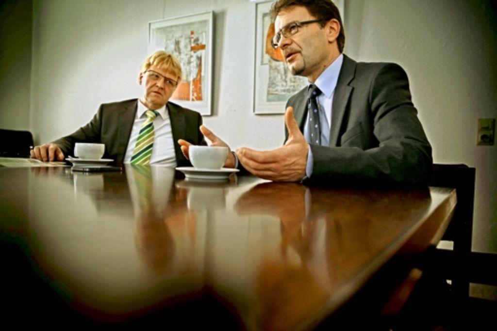 Uwe Bossert (links) und Christoph Jäger sind beide  seit dem Jahr 2000 Schultes im einer kleinen Kommune im Schwäbischen Wald. Foto: Gottfried Stoppel