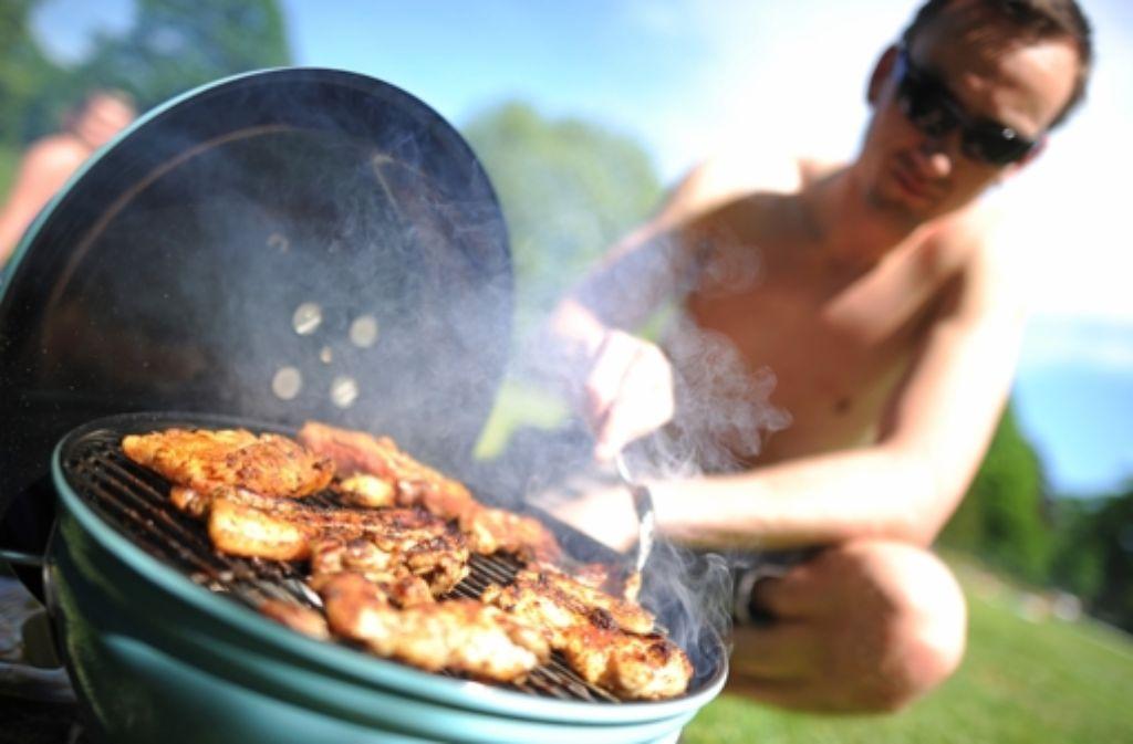 Um eine Kruste zu bilden muss Fleisch relativ lang auf dem Grill liegen. Foto: dpa