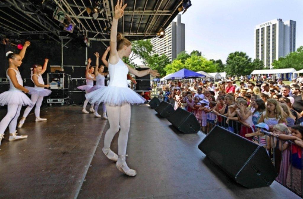 Kinder, wie diese Balletttänzer,  sind die Stars des Eröffnungsprogramms. Foto: factum/Granville