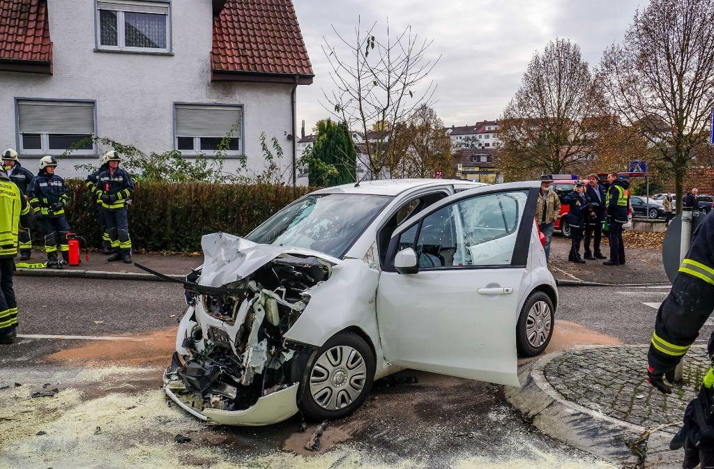 Der Unfallwagen wurde schwer beschädigt. Foto: SDMG