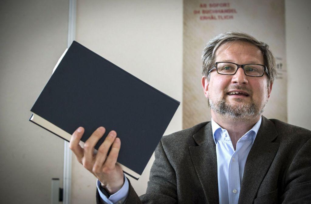 Dem Leiter des Stadtarchives, Prof. Dr. Roland Müller, ist es ein wichtiges Anliegen, Zeitdokumente für die Öffentlichkeit zugänglich und nutzbar zu machen. Foto: Achim Zweygarth