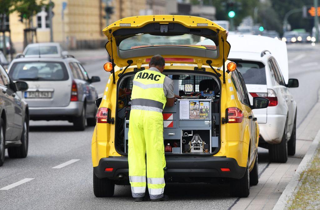 Finanzbehörden stufen die Pannen- und Unfallhilfe des ADAC als Versicherungsleistung ein. Damit fallen nun Steuern an. Wer muss sie tragen? Foto: picture alliance/dpa