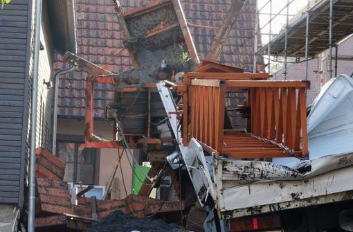 Baukran fällt um und verursacht hohen Schaden