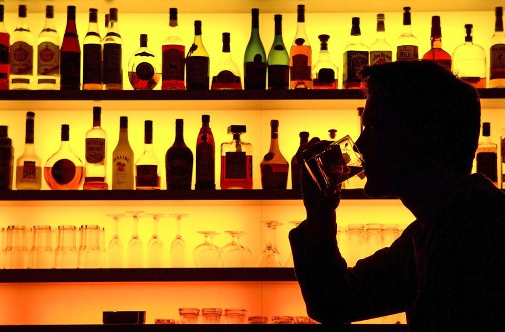 Vielen Alkoholkranken fällt es schwer, in eine Selbsthilfegruppe zu gehen und  dort über ihre Sucht zu sprechen. Foto: dpa/Klaus-Dietmar Gabbert