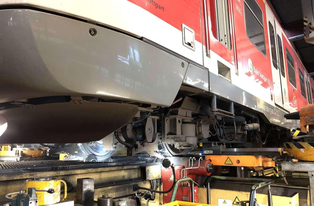 Im Bahnbetriebswerk in Plochingen werden die Räder der S-Bahnzüge auf Schäden überprüft. Foto: DB AG/Michael Zörner