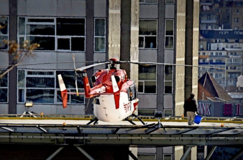Am Donnerstag hat das Rotorblatt eines Helikopters auf dem Dach des Katharinenhospitals einen Klinikmitarbeiter tödlich am Kopf getroffen. Foto: 7aktuell.de/Eyb
