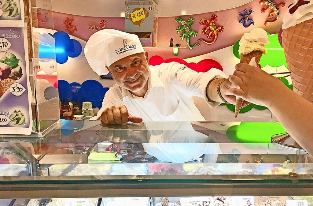 Salvatore Fratantonio betreibt in San Teodoro zwei Eisdielen. Foto: Caroline Holowiecki