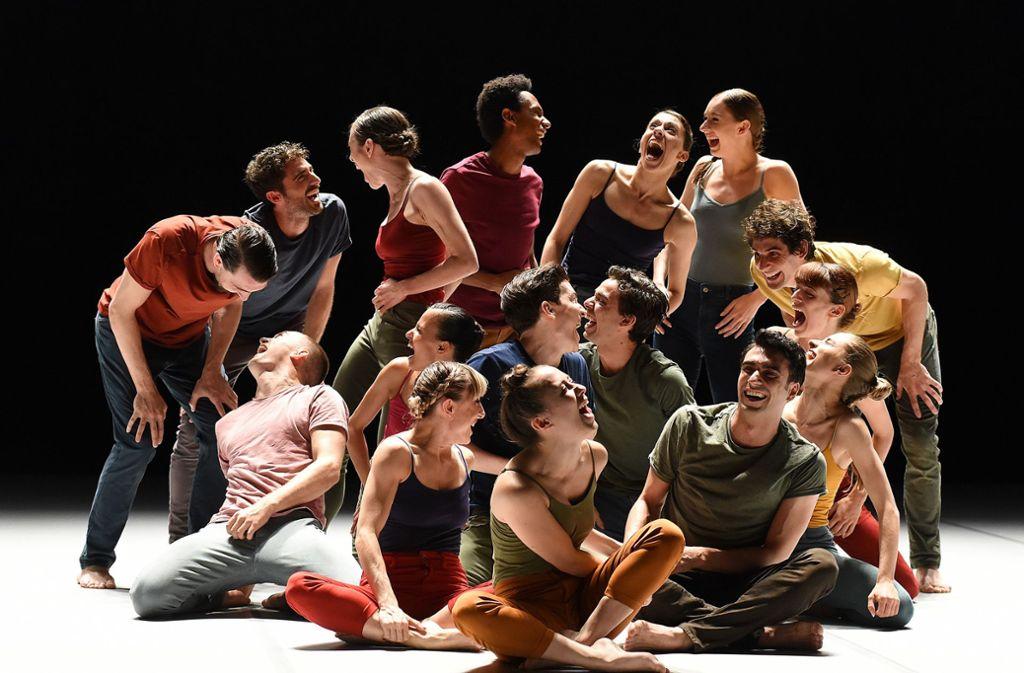 """Tänzerische Wimmelbilder: Szene aus Ohad Naharins Stück """"Decadance"""" mit Gauthier Dance Foto: Regina Brocke"""