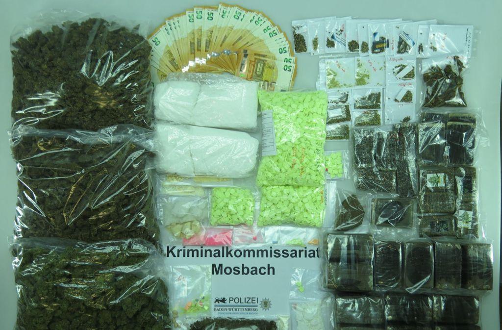 Die Behörden beschlagnahmten mehr als 7 Kilogramm Haschisch, 2,5 Kilogramm Marihuana, 2 Kilogramm Amphetamin, 50 Gramm Crystal Meth, knapp 3500 Ecstasy-Tabletten und eine größere Bargeldsumme. Foto: Polizeipräsidium Heilbronn