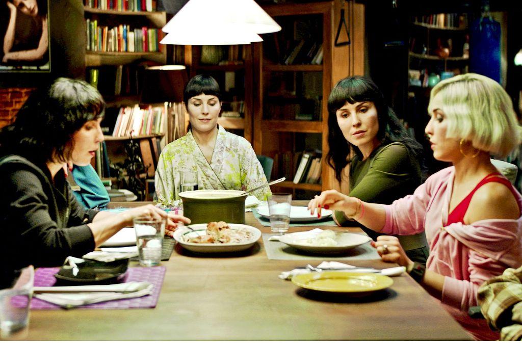 """Noomi Rapace unter sich: Die Schwedin tut   in """"What Happened to Monday?"""", was sie kann, um ihre sieben Rollen zu differenzieren – doch das Drehbuch hilft ihr nicht. Foto: Verleih"""