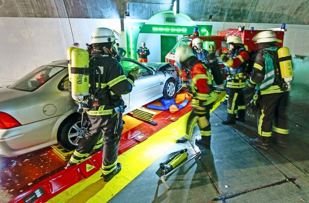 Das Szenario der Übung: im Darmsheimer Tunnel sind ein Auto und ein Kleinbus kollidiert. Foto: factum/Bach