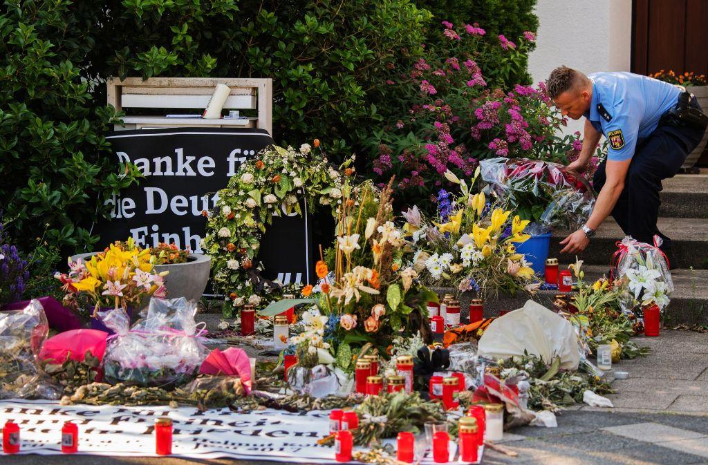 Abschiedsszenen in Ludwigshafen vor dem Haus Helmut Kohls. Foto: dpa