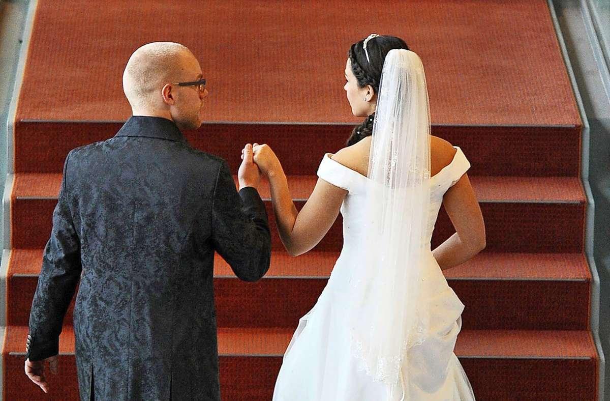 Noch mal verschieben oder trotz Corona im Sommer heiraten? Viele Ehewillige stehen vor dieser Entscheidung. Foto: dpa/Matthias Hiekel