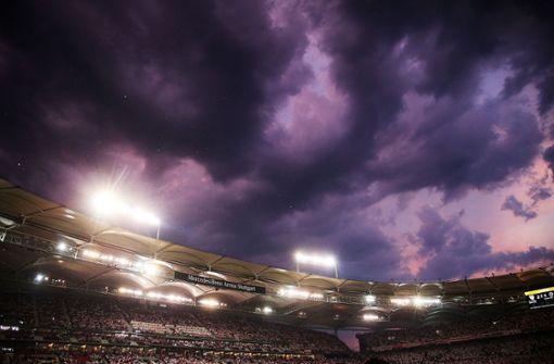 Schweres Unwetter tobt über der Mercedes-Benz-Arena