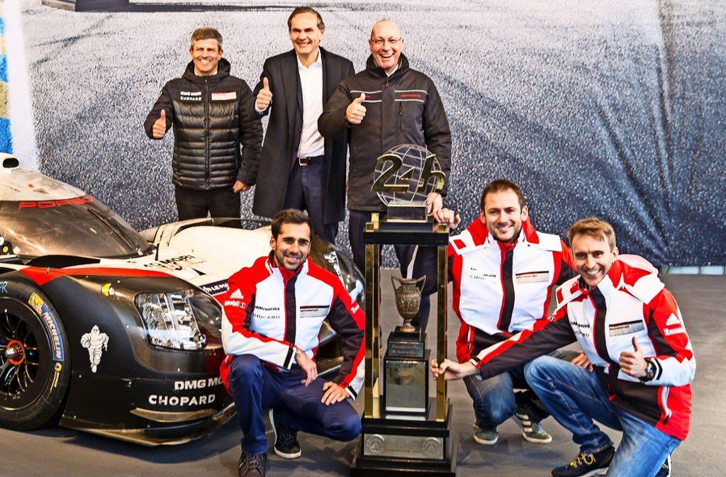 Fritz Enzinger, Oliver Blume und Uwe Hück (obere Reihe von links) freuen sich zusammen mit den Fahrern Neel Jani, Nick Tandy und Timo Bernhard (unten, von links). Foto: Porsche