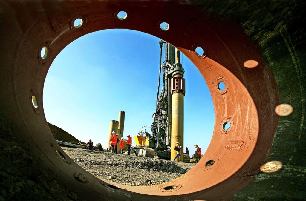 Bevor in der Horizontalen gebohrt werden kann, müssen die Arbeiter Bohrpfähle zur Abstützung vertikal versenken. Foto: Horst Rudel