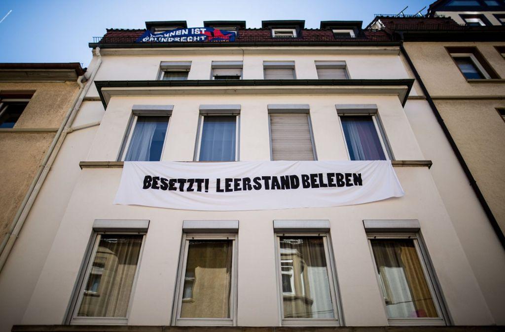 Das Haus in der Wilhelm-Raabe-Straße ist besetzt. Foto: dpa