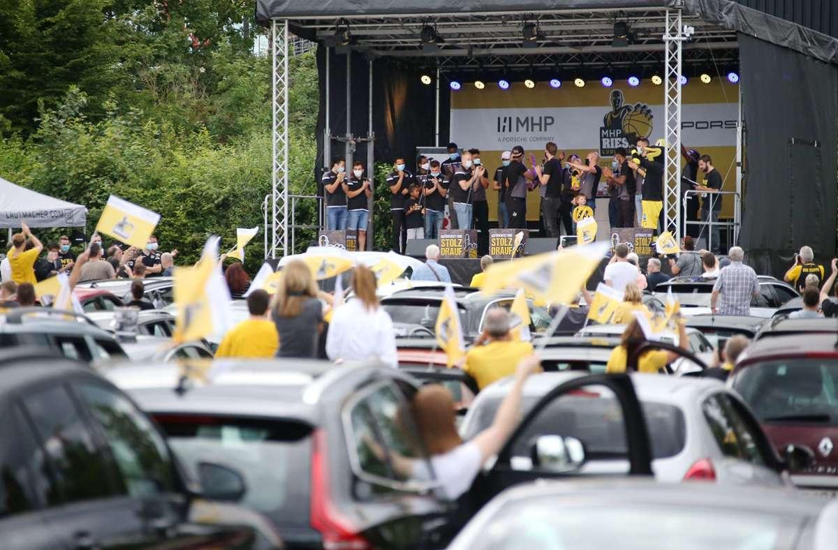 Für die MHP Riesen Ludwigsburg gab es am Montagabend eine ungewöhnliche Saison-Abschlussfeier. Foto: Pressefoto Baumann/Alexander Keppler