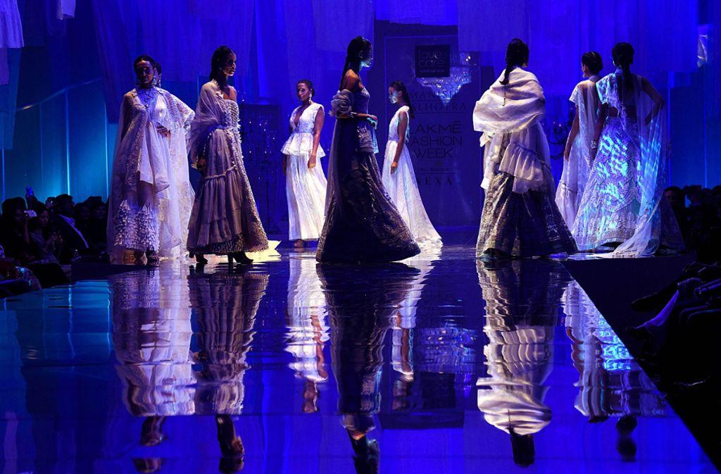 Die Kleider auf dem Laufsteg der Lakmé Fashion Week erinnern an Bollywood-Filme. Foto: AFP