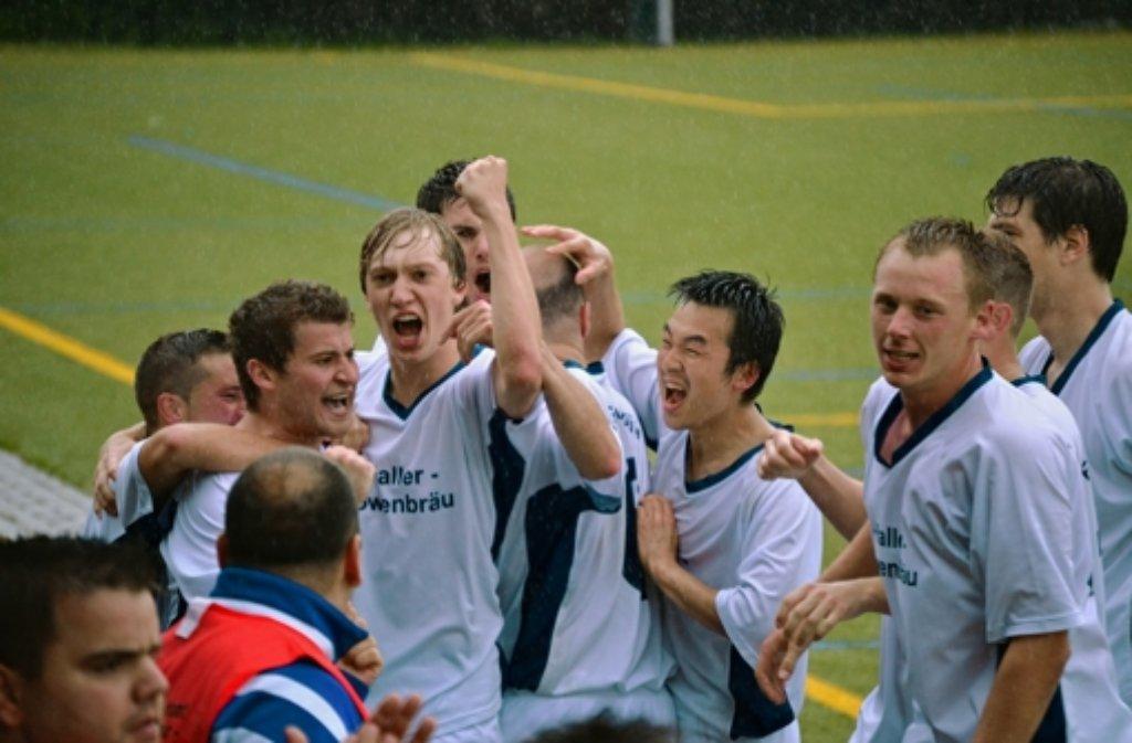 Die Spieler des FCG feiern den Aufstieg in die Kreisliga A. Foto: Roman Wagner