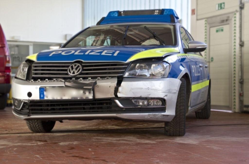 Einige Polizeiautos haben bei der Verfolgungsjagd gelitten. Foto: Achim Zweygarth